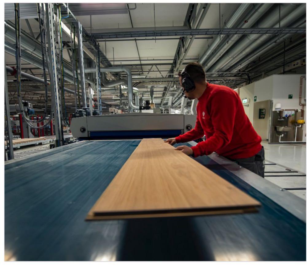 """Spatenstich für das """"weltweit größte Holzbodenwerk"""""""