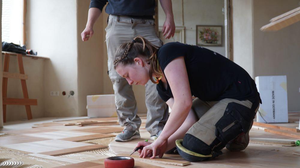 Freiwillige lassen Saal erstrahlen